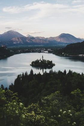 widok na wyspę na jeziorze bled